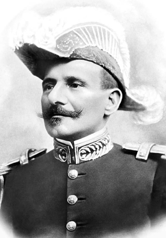 Hermes da Fonseca posando de perfil com um chapéu bicorne