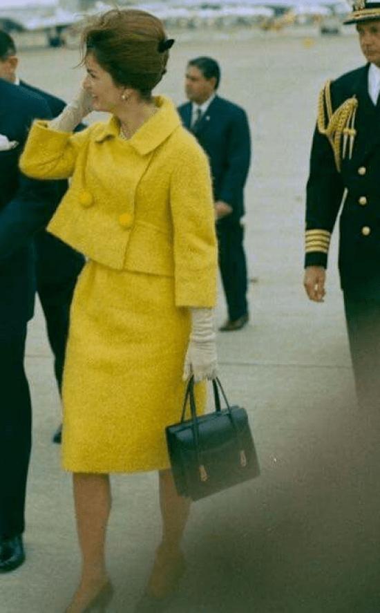 Jacqueline Kennedy com tailleur monocromático