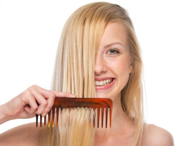 Mulher loira com pente no cabelo liso - Como lavar os cabelos corretamente