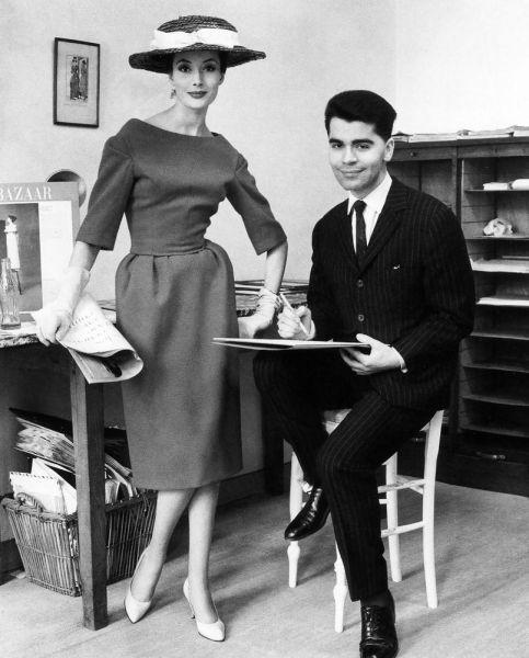 Foto do estilista Karl Lagerfeld jovem em início de carreira