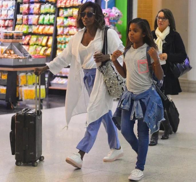 Glória Maria usando look com tênis no aeroporto