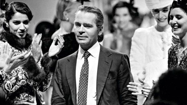 Karl Lagerfeld um pouco mais maduro sendo aclamado em desfiles de marcas renomadas