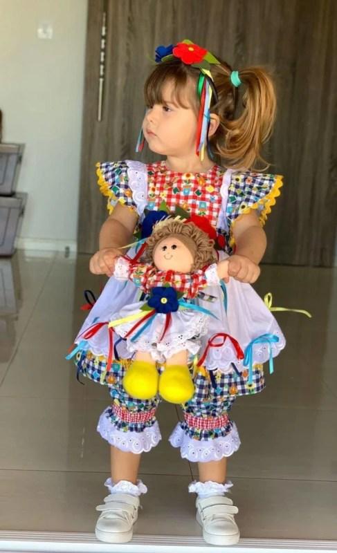 Traje infantil típico de Festa Junina.