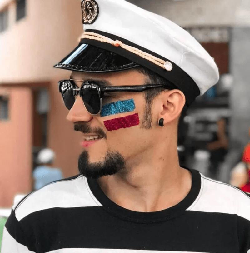 Fantasia de carnaval com make listrada de glitter
