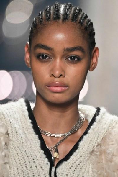 Foto de modelo usando colar delicado de correntes em camadas