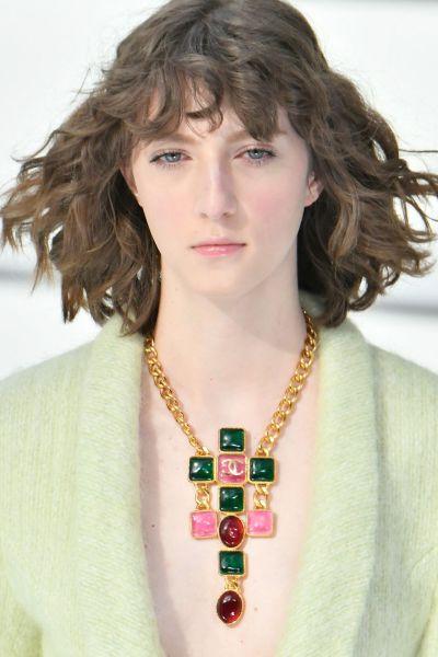 Foto de Modelo com colar Chanel, trabalhado com correntes e pedras coloridas