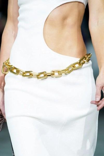 aqui Vestido branco com cinto dourado em formato de corrente