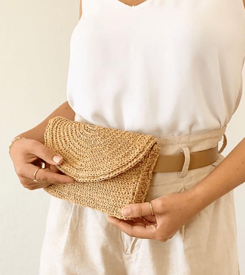 Pochete de crochê com cinto de couro