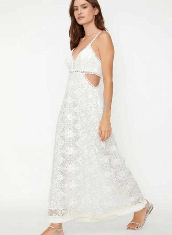 Modelo usa vestido de randa com recorte cintura branco