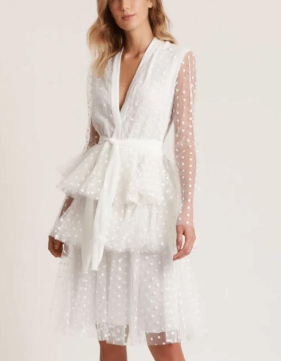 Modelo usa vestido de tule com forro em camadas branco