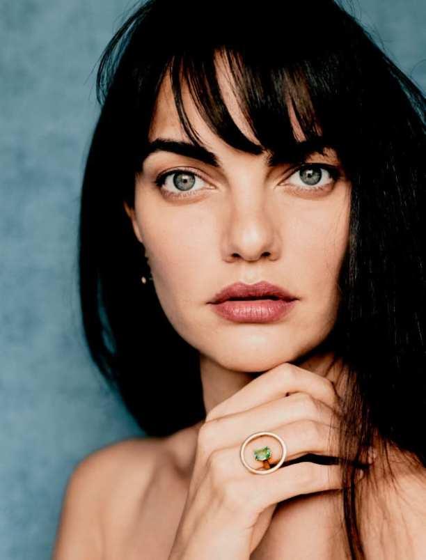 Foto da modelo Barbara Fialho com anel ank