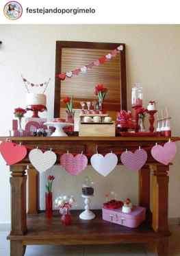 Decor de festa Junina em casa usando aparador e bandeirolas de coração