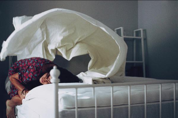 Foto de menina deitada na cama