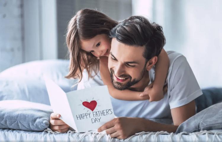 Dia dos Pais: Pai com cartão feito pela filha
