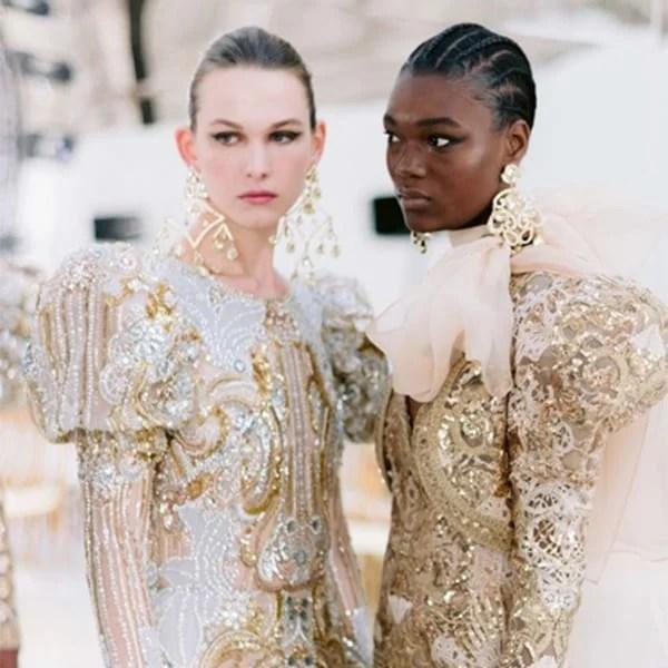 couture PFW - Modelos com looks trabalhados em branco e dourado ricamente bordados e com mangas bufantes