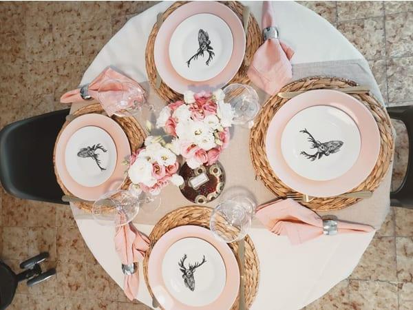 Jantar romântico com mesa posta decorada em tons de rosa claro - delicadeza