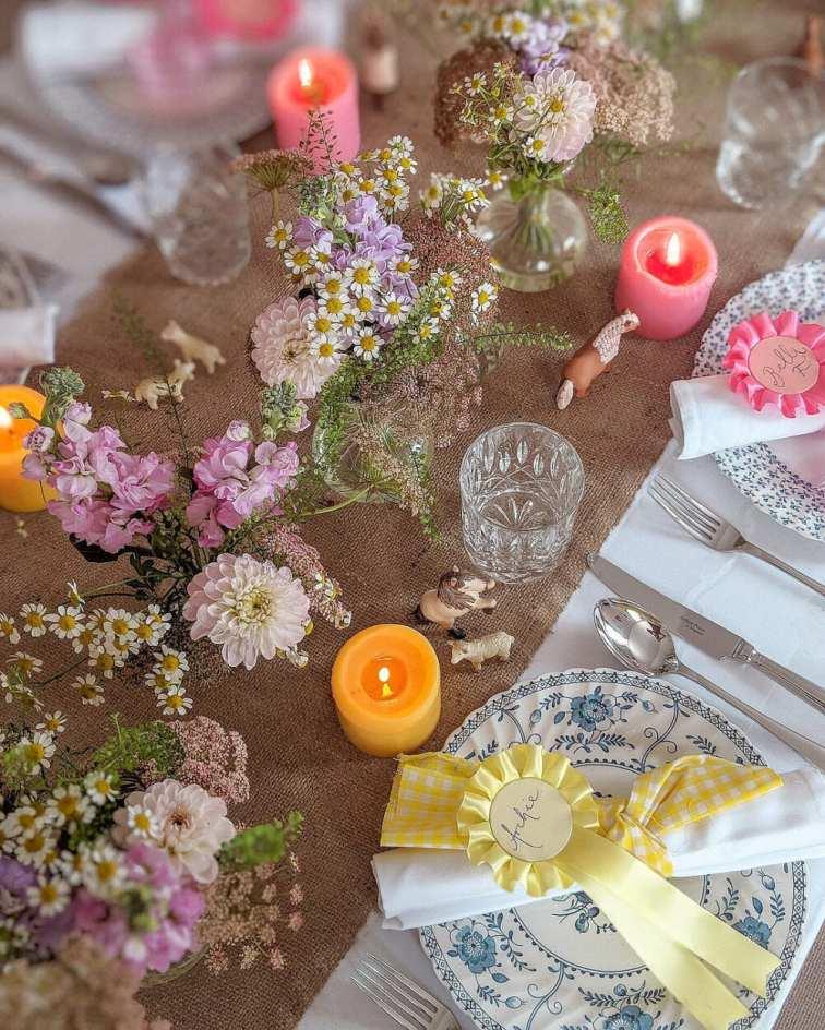 Mesa posta de Jantar romântico decorada com flores selvagens