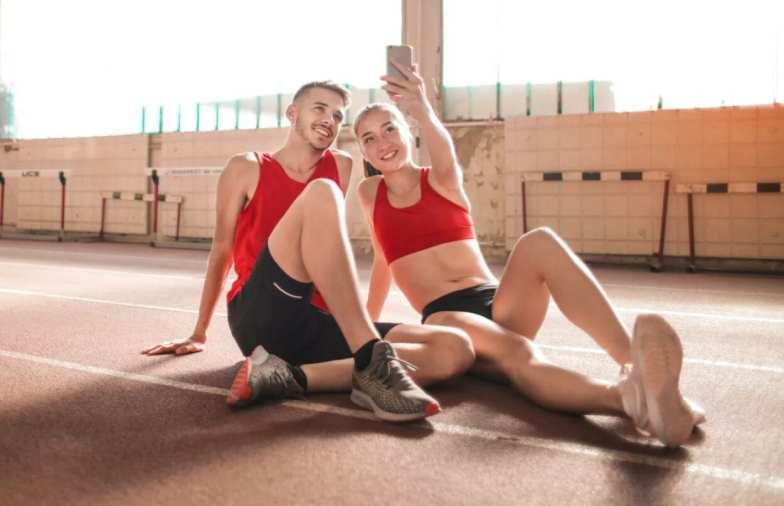 Casal fazendo self com roupas de exercicio - Onda fitness