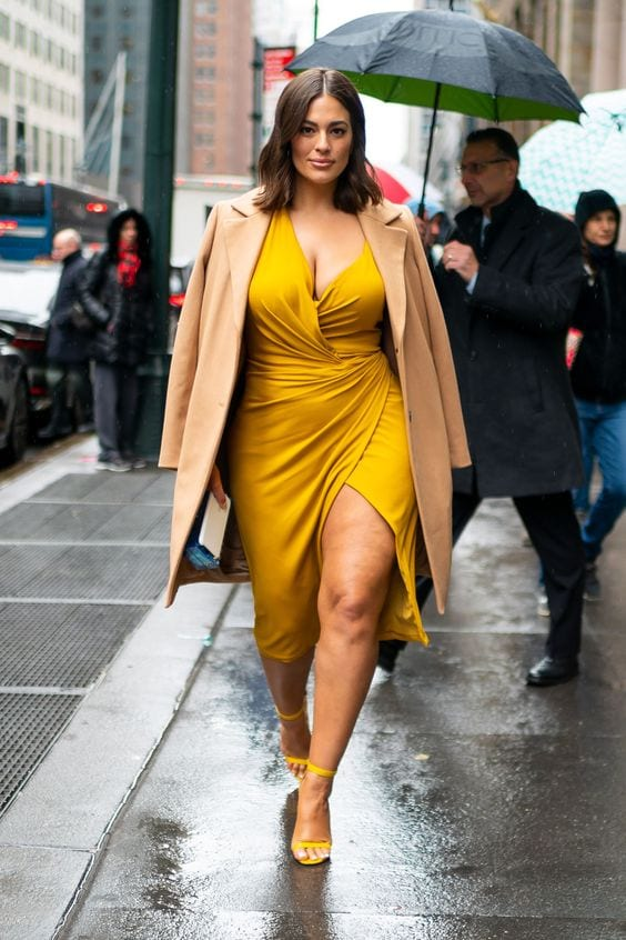 Foto de Ashley Graham de Vestido amarelo com blazer bege - Sou Plus Size
