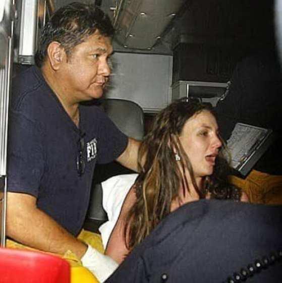 Britney em surto sendo internada