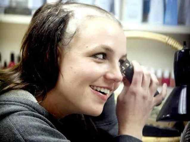 Britney Spears em crise raspa a cabeça