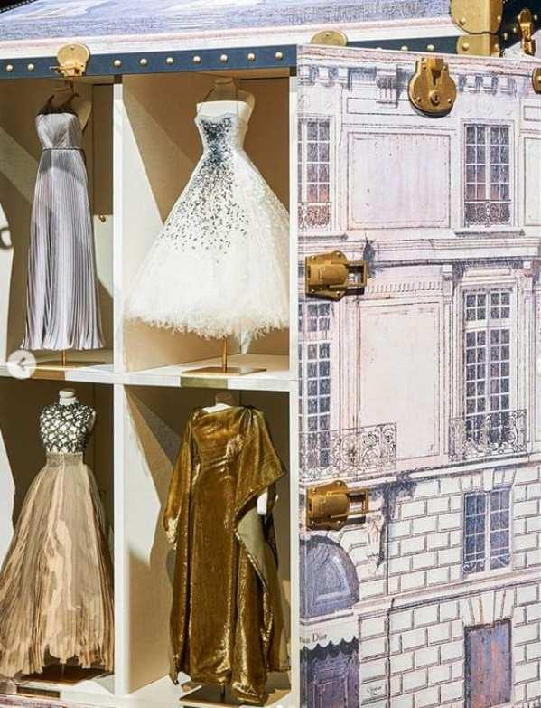 Detalhe da caixa de de vestidos miniaturas da dior com fachada da maison