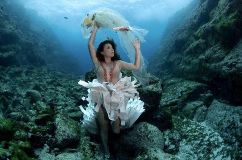 Ensaio fundo do mar moda lixo plástico
