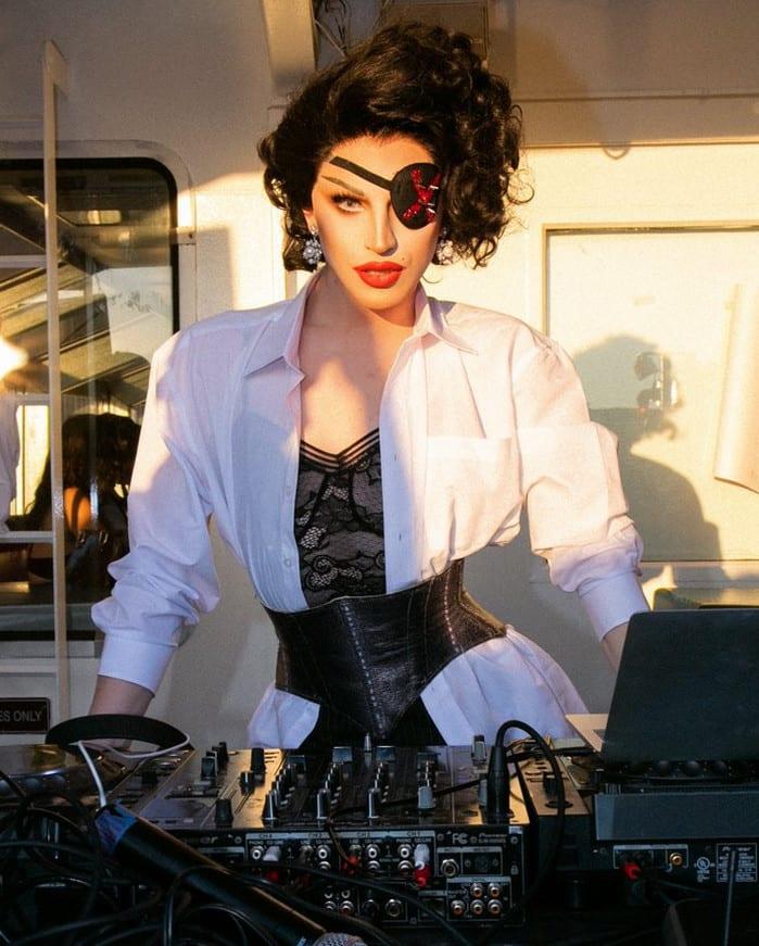 Foto de Madonna incorporando Madame X - Madonna faz topless
