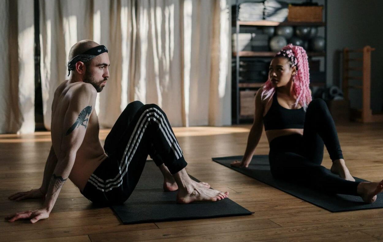 Foto de casal treinando na academia