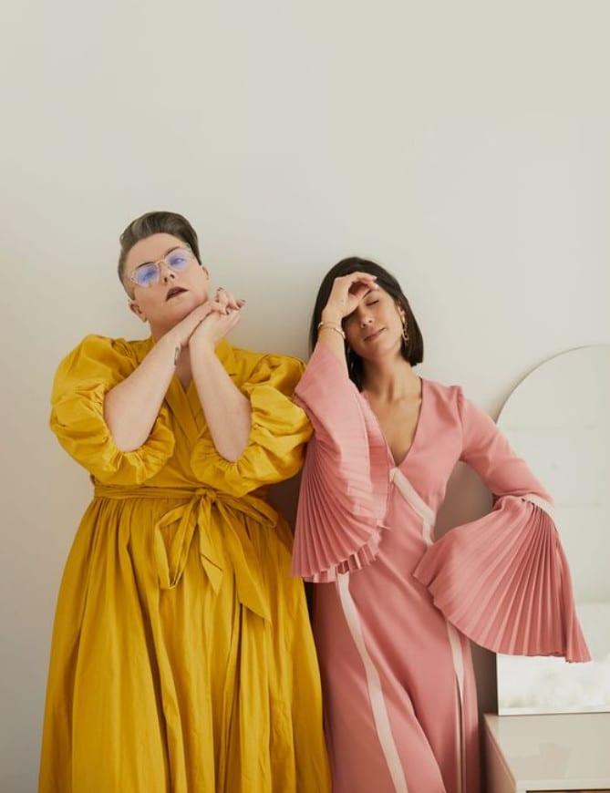 Foto de - Krystal + Lydia com vestidos plissados - Sou plus size
