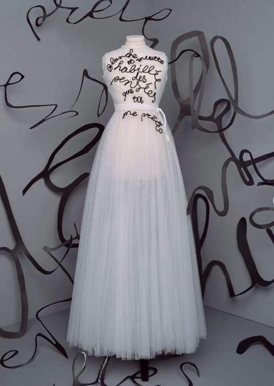 Vestido de tule branco dior bem romantico trabalhado com escrito bordado na parte de cima