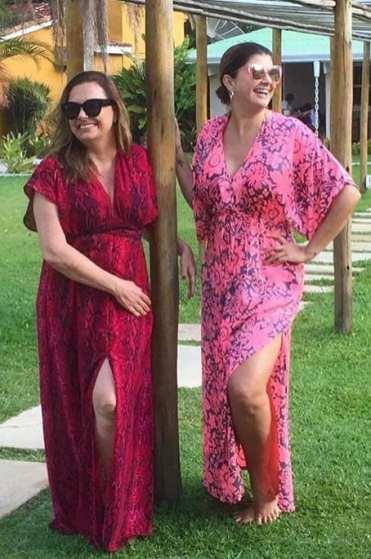Vestidos de seda e caftan em tamanho único e diferentes tipos de corpo