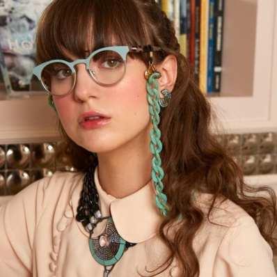 Para finalizar, Cordões de óculos esverdeado preso com correntes de mesmo tom