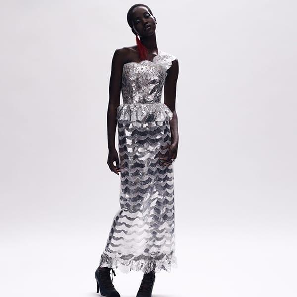 Foto de modelo negra com coleção Punk rock na alta costura da Chanel - Inverno 2021