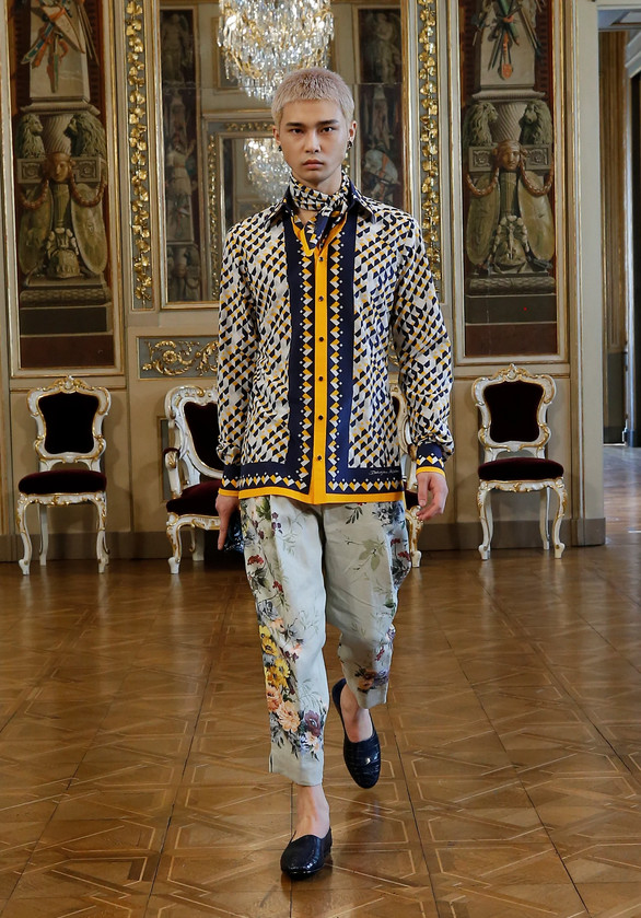 Look masculino trabalhado com camisa de estampa geométrica e calça com estampa floral vintage - Dolce & Gabana Virtual