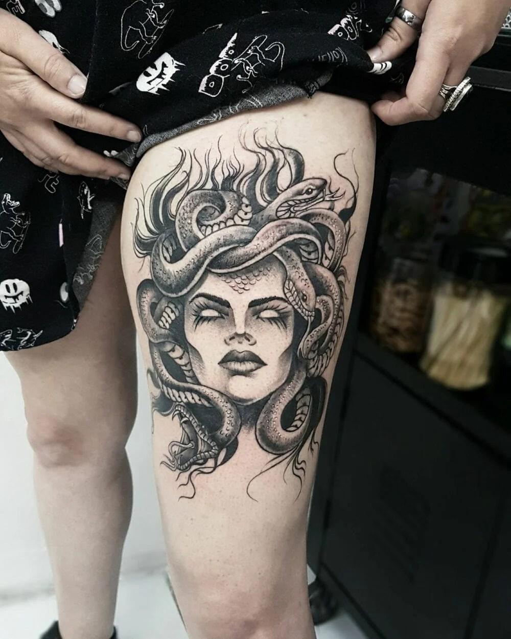 tatuagem de medusa na coxa