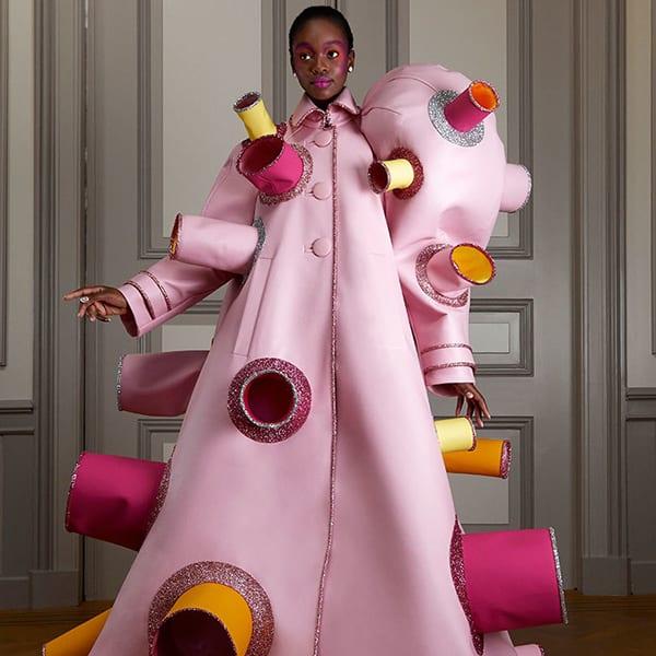 Por fim, Vestido rosa escultural pijama divertido da Viktor & Rolf Inverno 2021