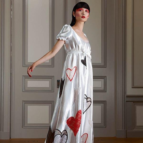 Modelo com Vestidos camisola (sleep dress) branco com estampa de corações