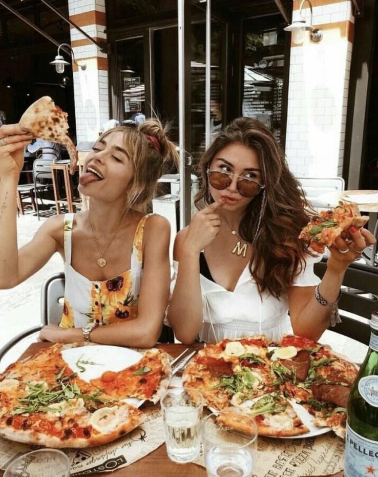 Foto amigas com pizza