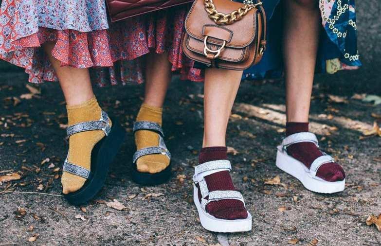 sandálias Birken com usadas com meias coloridas