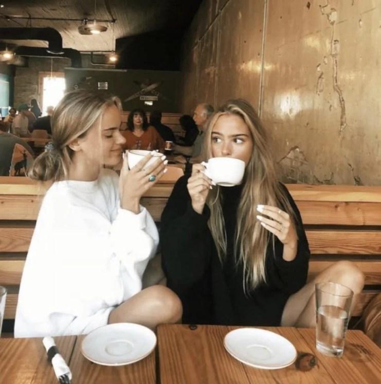 Foto amigas tomando café