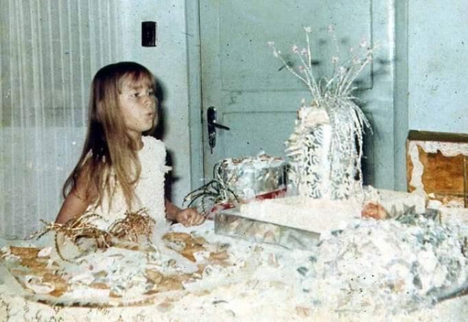 Xuxa criança cantando parabéns
