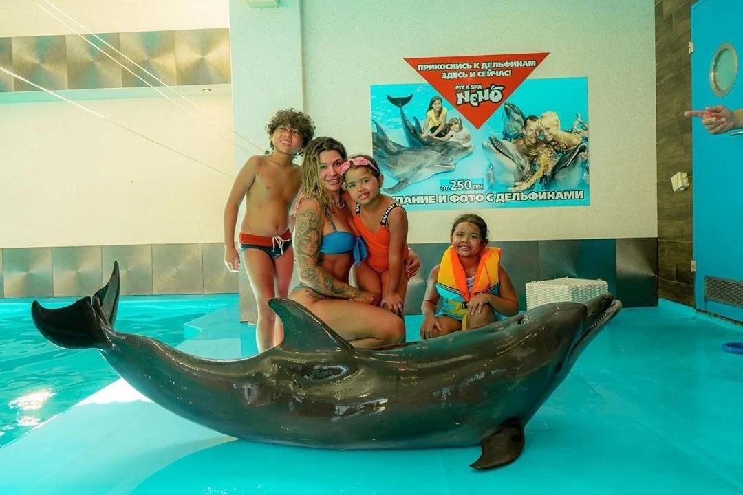 Dani Souza em foto de com filhos.