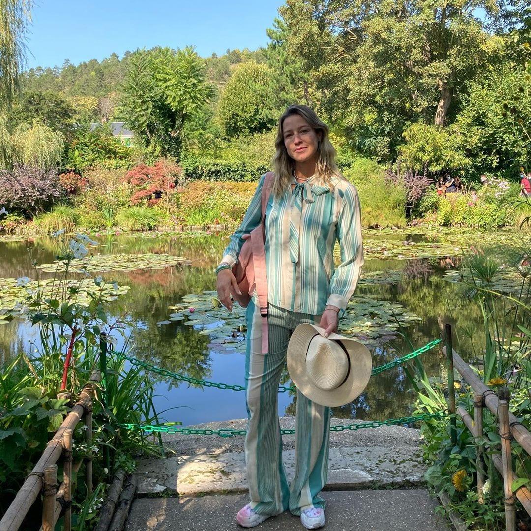 Luana Piovanni em foto de frente pra lago.