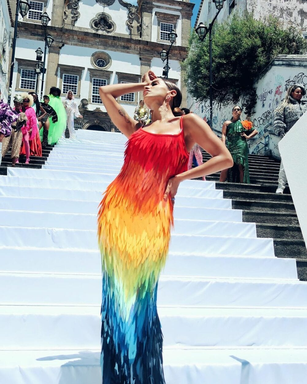 """Anitta na escada de igreja para gravação de """"Me gusta"""""""