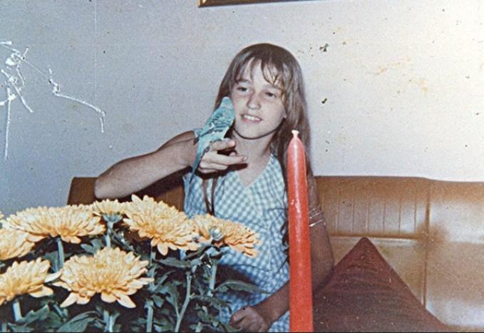 Xuxa posando pra foto com seu passarinho.