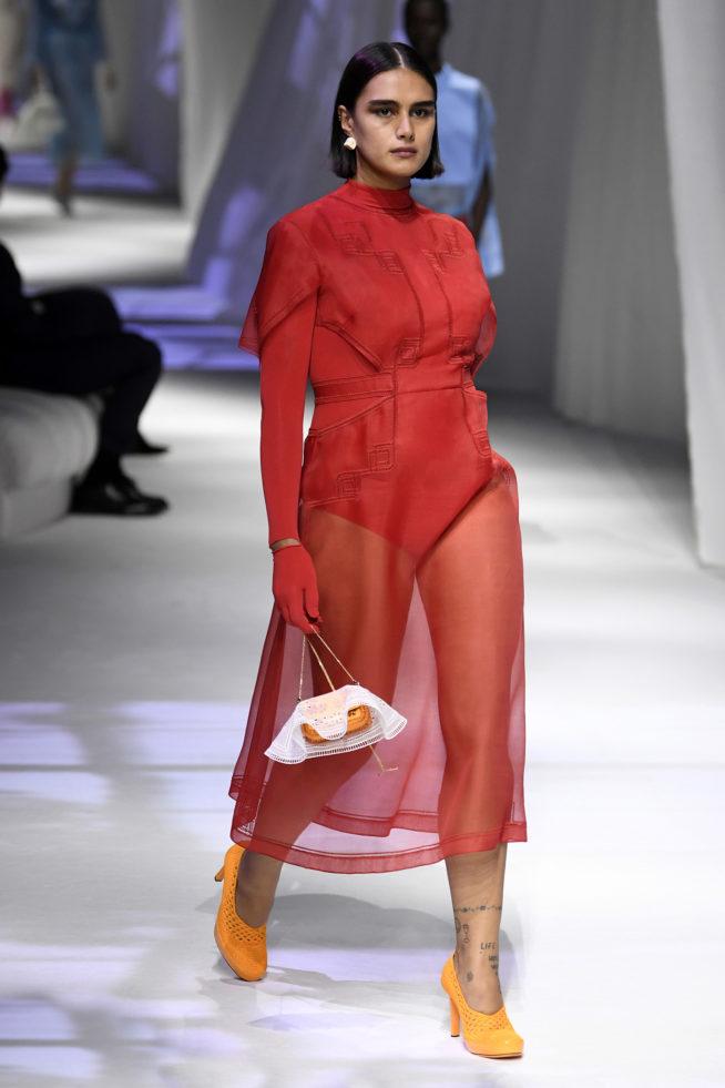 vestido transparente vermelho