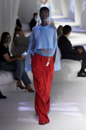 calça vermelha e camisa azul