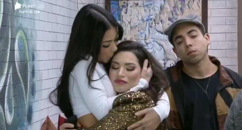 Mirella e Raíssa se abraçando