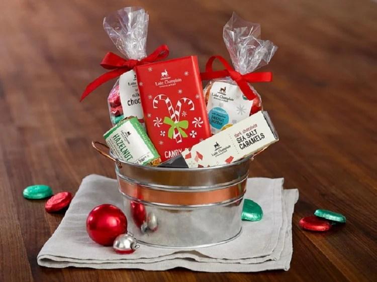 foto de balde prateado com itens natalinos